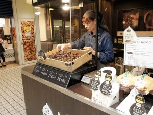 店員さんが、京やきぐりの品質を検品中。