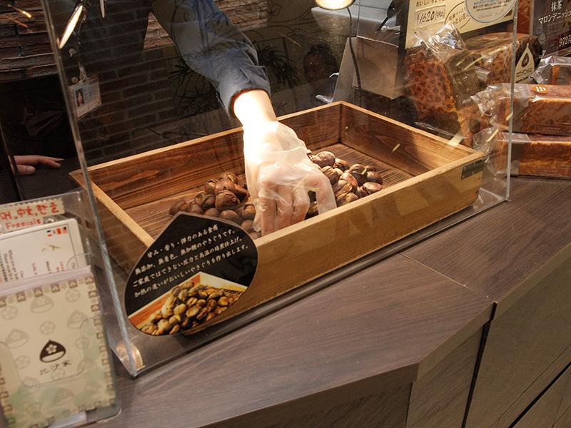 京やきぐりの検品は、店員さんの大切なお仕事です。